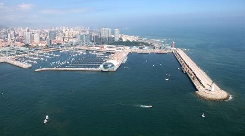 依山傍海,风光秀丽,气候宜人,是一座独具特色的海滨城市.